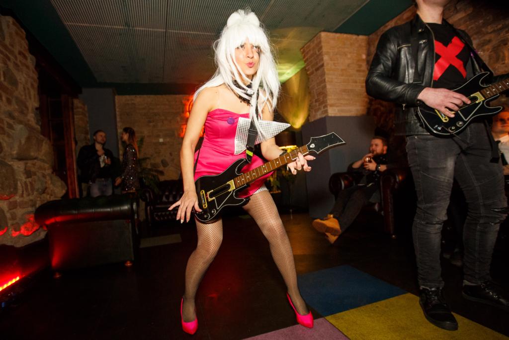 Mergina bando savo laimę Guitar Hero žaidime