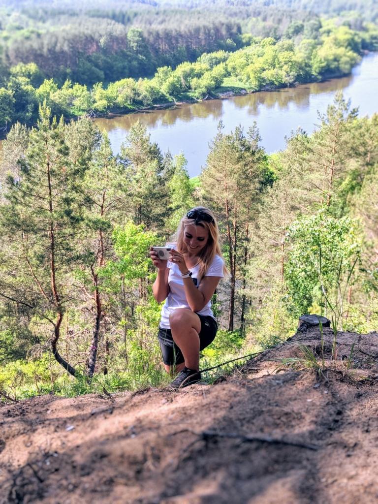 Mergina pozuoja Neries regioniniame parke