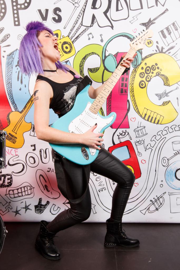 Mergina su gitara