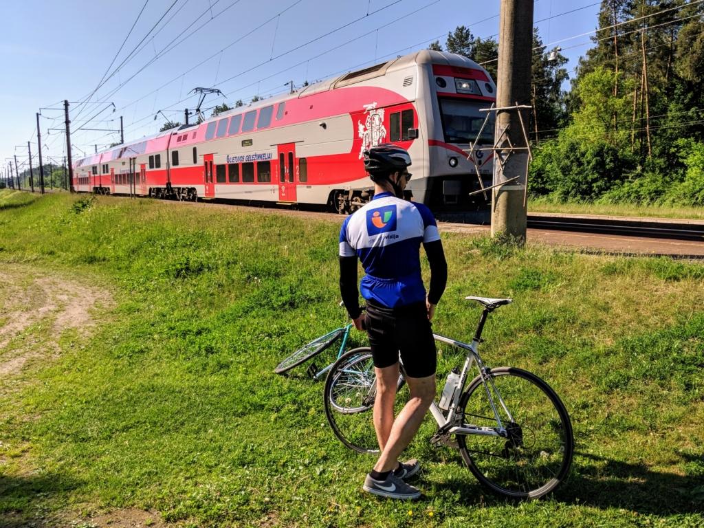 Kolega laukia atvažiuojančio traukinio