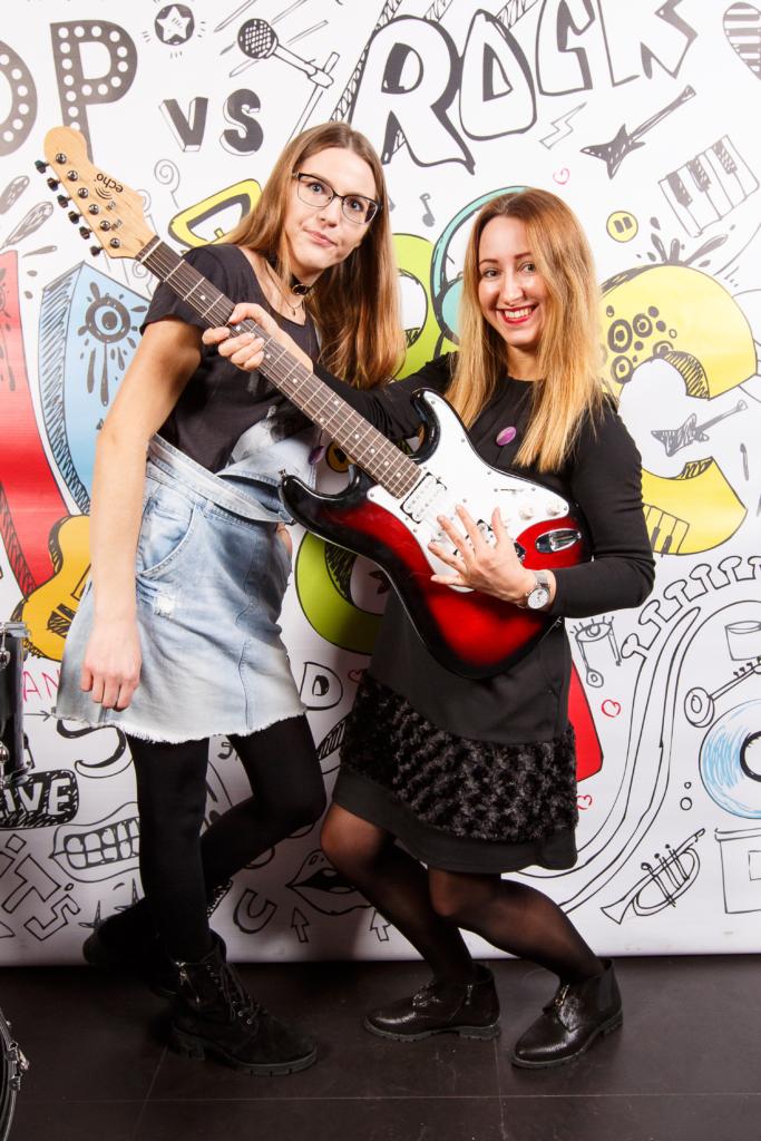 Merginų porelė pozuoja su gitara