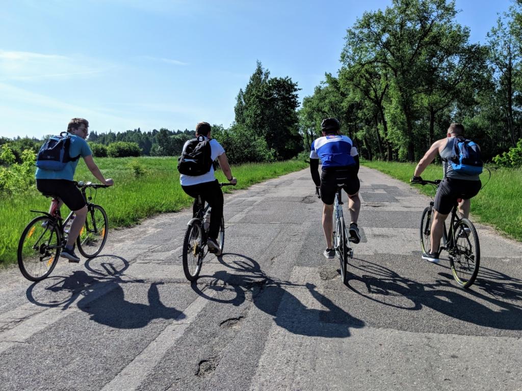 Keturi dviratininkai įsiveržę į preikį