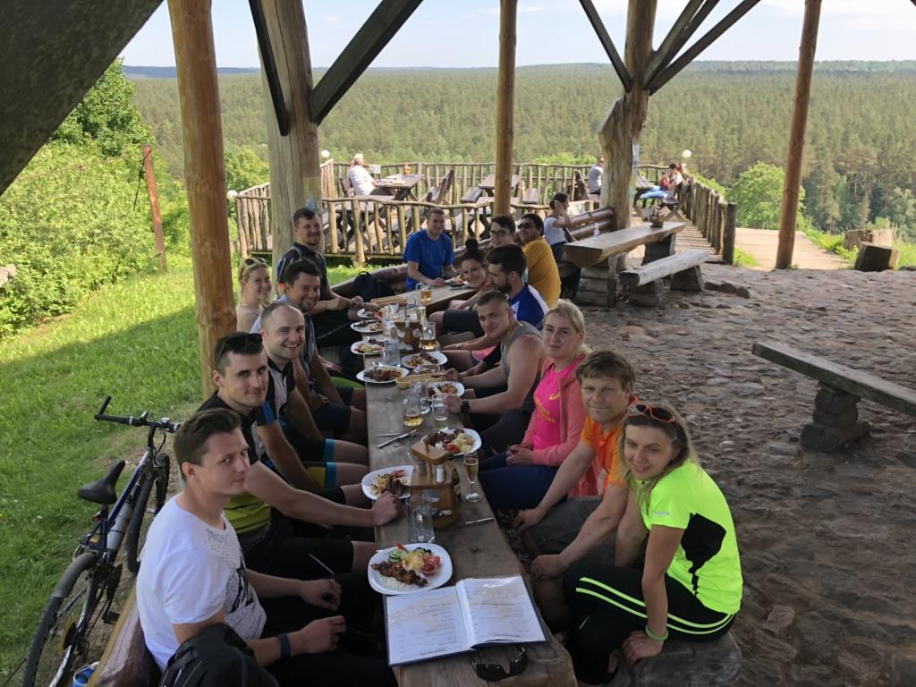 Bendra komandos nuotrauka prieš pietus