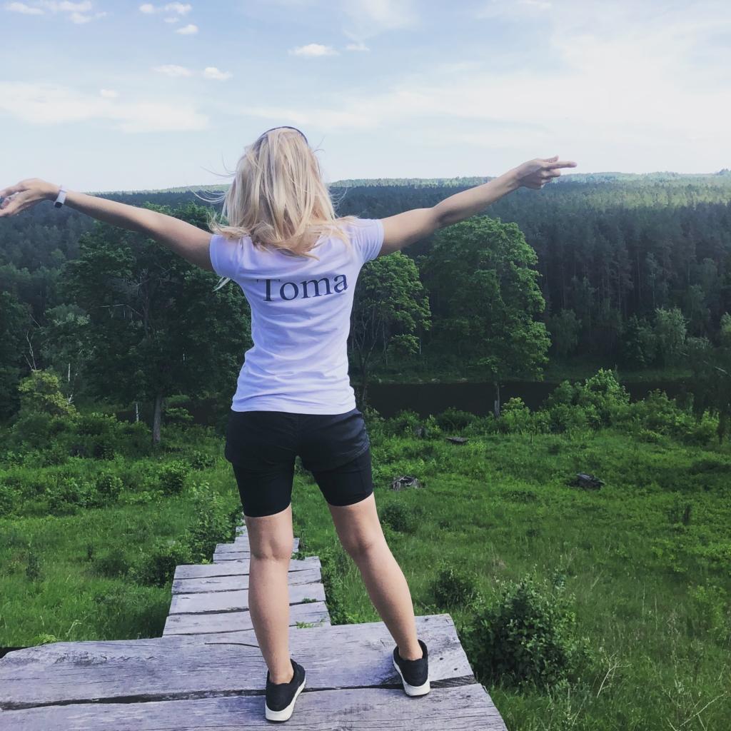 Mergina apžvelgia Neries regioninį parką