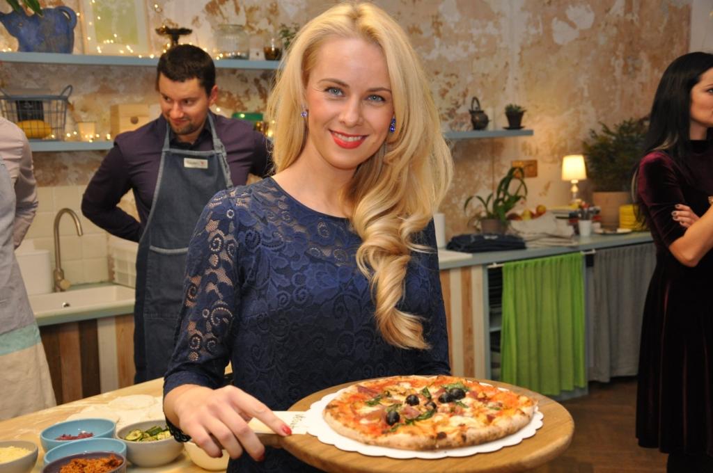 Kolegė su savo paruošta pica