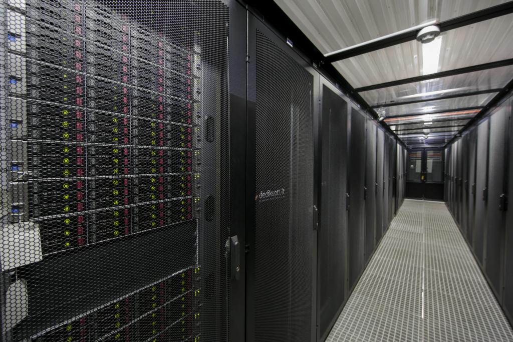Duomenų centre esančio serverių spintos