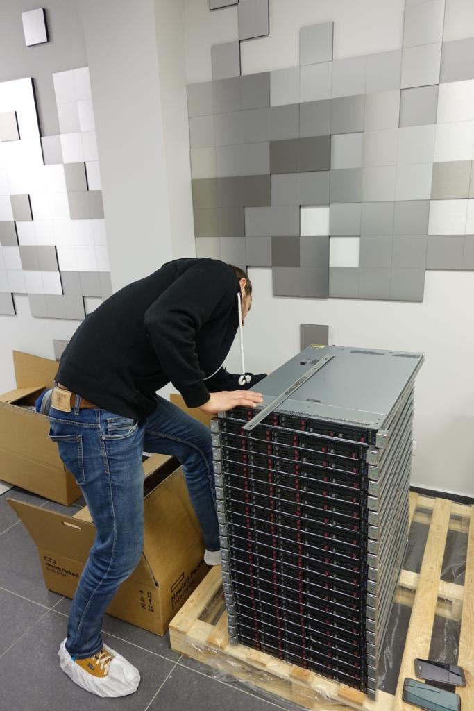 ADminsitratorius išpakuoja serverius