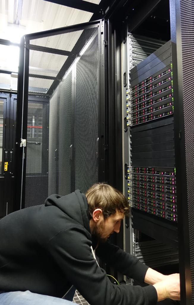 Serverių administratorius prie serverių spintos