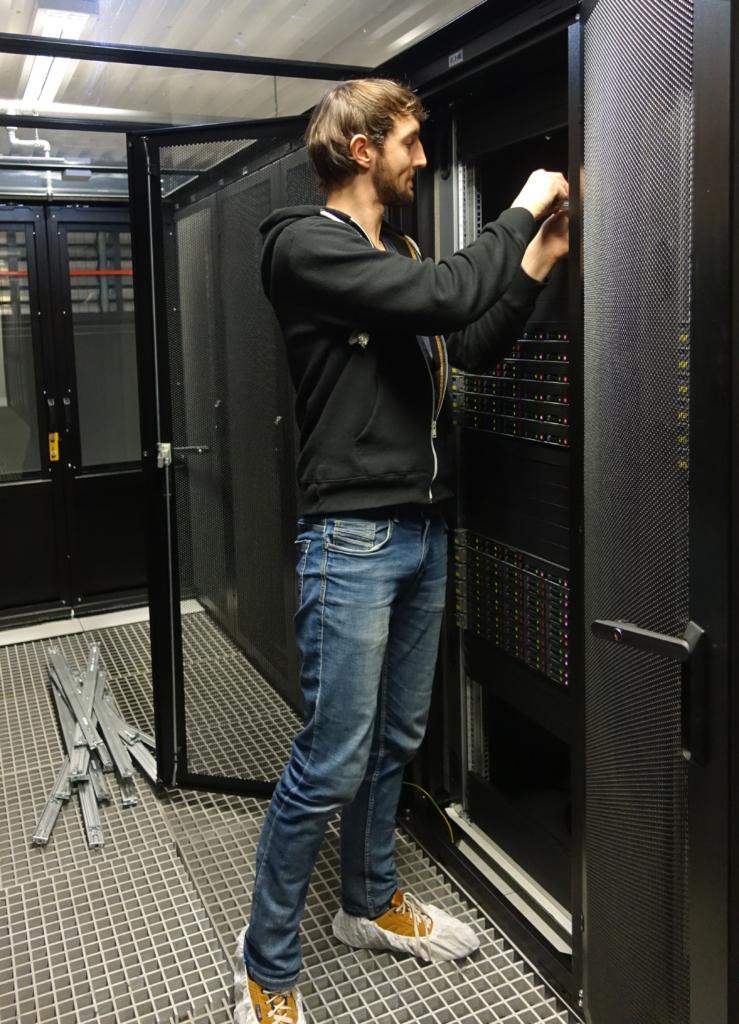 Sistemų administratorius įrenginėja serverius