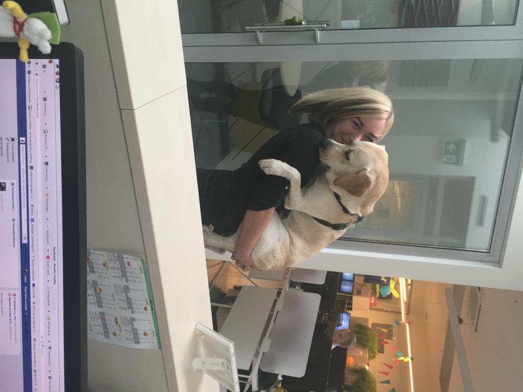 Mergina atsinešė savo šunį