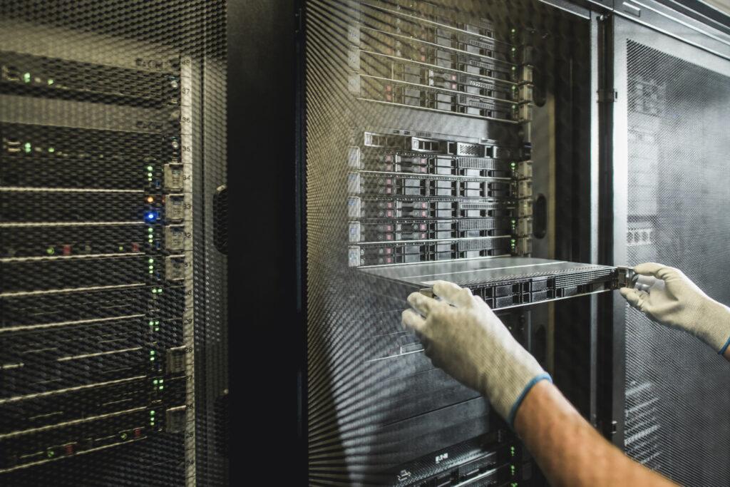 Išimamas serveris iš serverių spintos