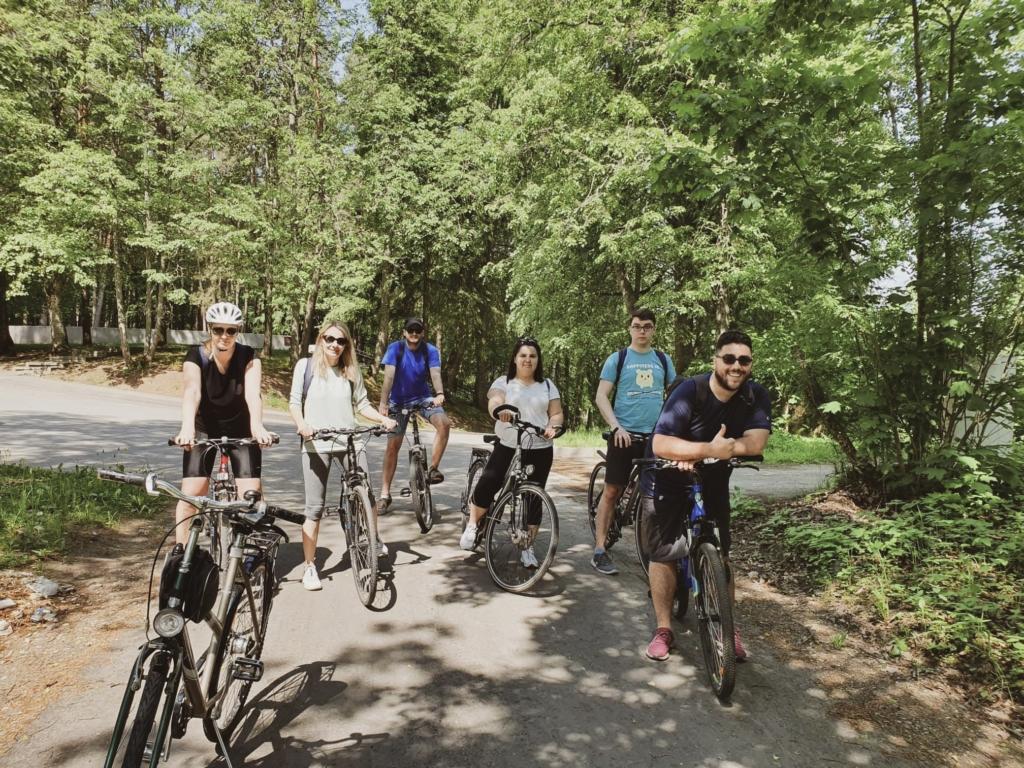 IV darbuotojai kerta dviračių žygio finišo liniją