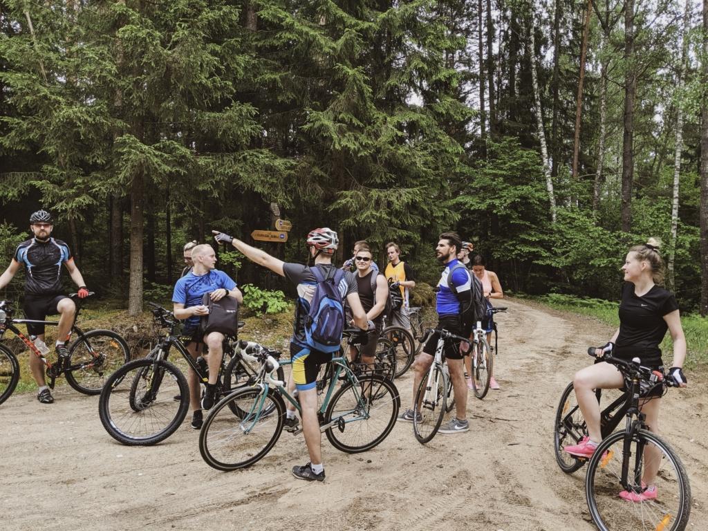 IV darbuotojai kordinuojasi kur toliau važiuoti su dviračiais