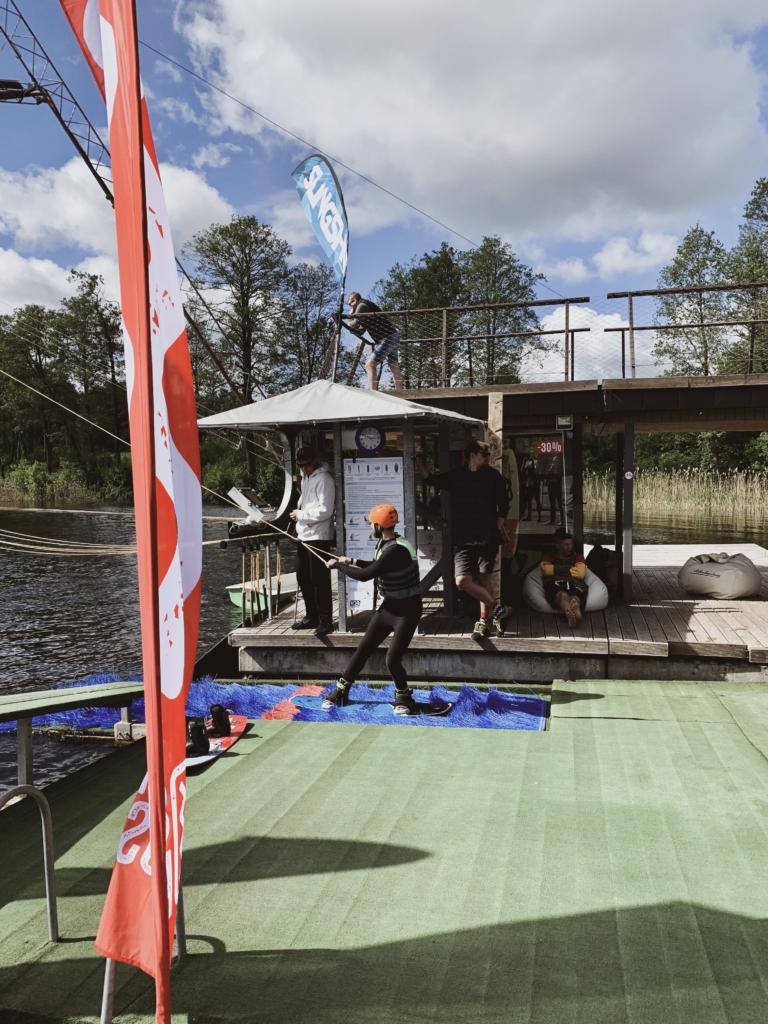 IV darbuotojai išbando vandens pramogas prie Zaraso ežero