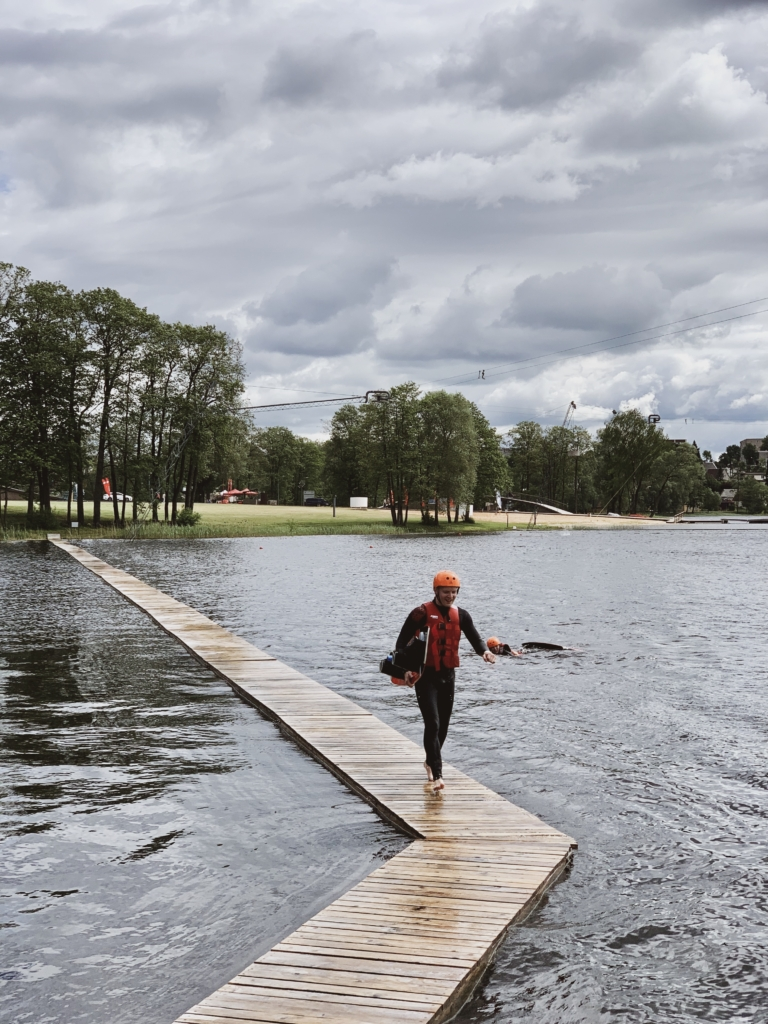 Kolega eina per vandenlenčių parko tiltą