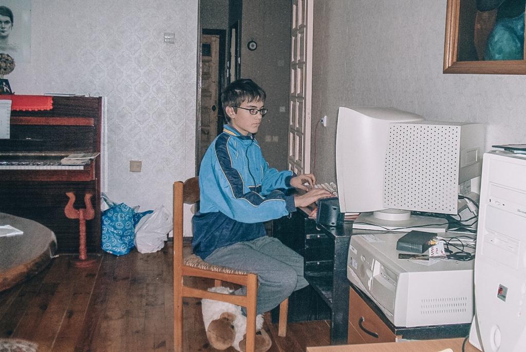 Prgramuotojas sėdi prie kompiuterio vaikystėje