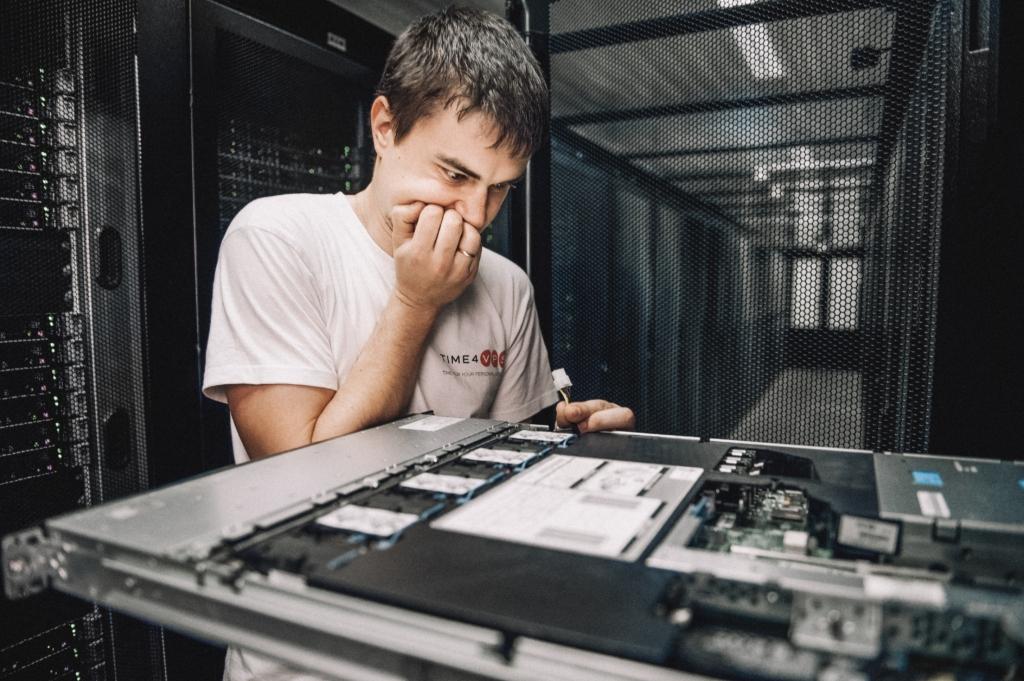 Programuotojas tvarko serverius duomenų centre