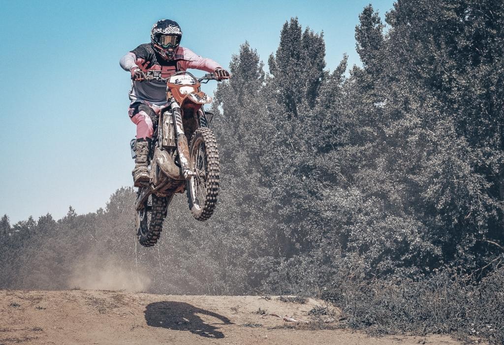 Algirdas važiuodamas su motociklu šoka per trampliną